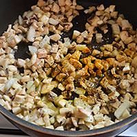 Добавим в грибы и лук специи - фото