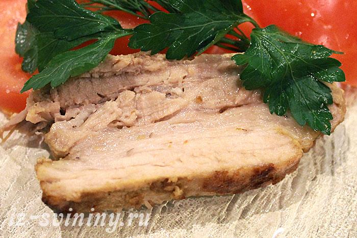 Запеченная в фольге свинина в разрезе - фото
