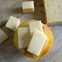 Фаршируем персики сыром - фото