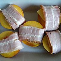 Обертываем грудинкой персики - фото