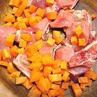 Нарезать мясо и морковь - фото